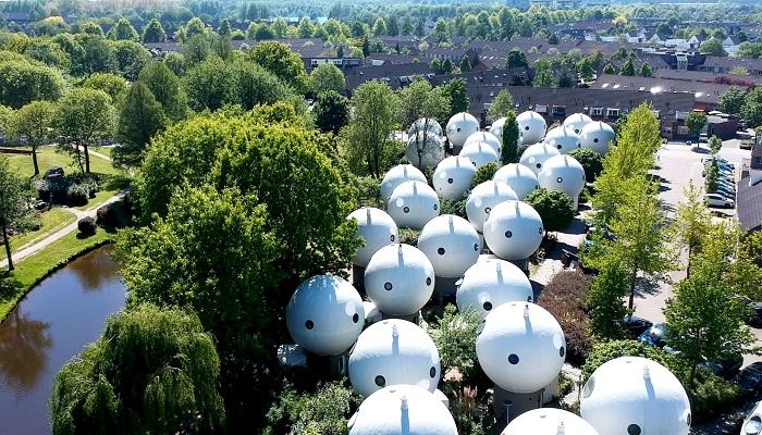 Эти странные белые пузыри с окнами-глазами - настоящие дома в исторической части города Хертогенбос (Нидерланды).   Фото: bubblemania.fr.