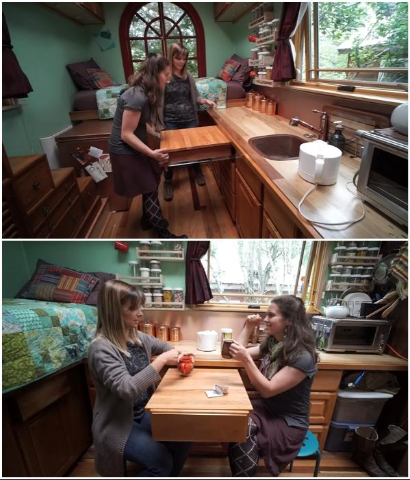 Выдвижной ящик кухонного гарнитура легко превращается в обеденный стол («Lucky Penny», США). | Фото: youtube.com/ © Tiny House Giant Journey.