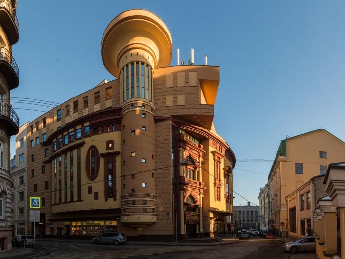 Архитектурные формы Театра Et Cetera на Чистых прудах до сих пор вызывают споры (2005 г). | Фото: varlamov.ru.