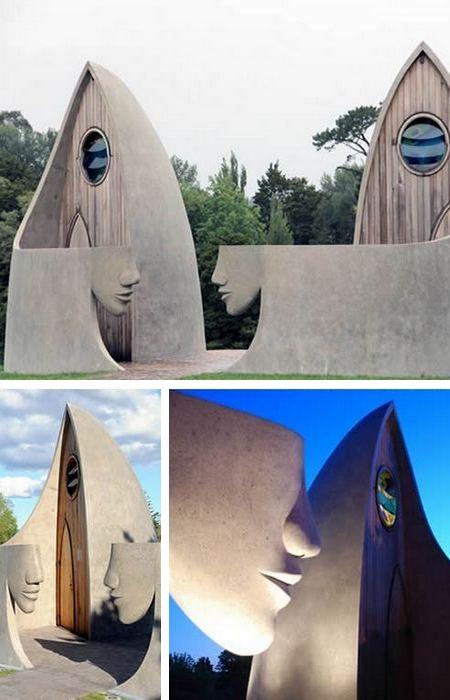 Скульптуры стали главным украшением общественного туалета (Матакан, Новая Зеландия).