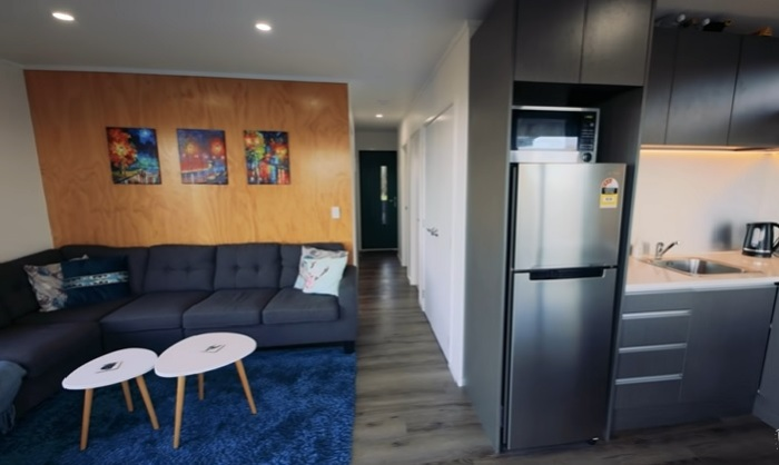 Общее жилое пространство контейнерного дома разделено на кухню-столовую и гостиную. © Living Big In A Tiny House.