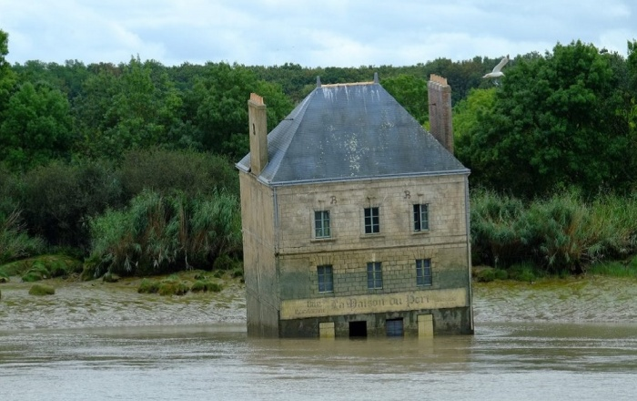 В 2007 г. возле правого берега реки Луары появился странный плавающий дом (La maison dans la Loire). | Фото: rivercruiseadvisor.com.