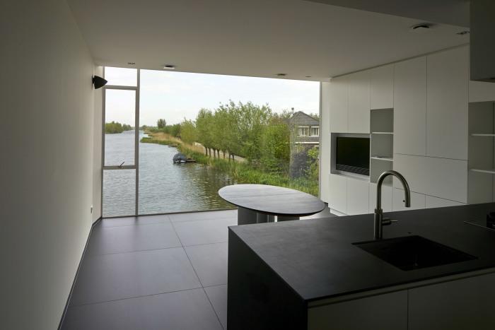Современная кухня с прекрасным обзором может стать идеальной обеденной зоной для небольшой семьи (Meerkerk, Голландия). | Фото: dezeen.com.