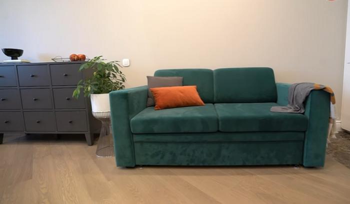 В зоне гостиной установили раскладывающийся диван. | Фото: youtube.com/ @ INMYROOM TV.