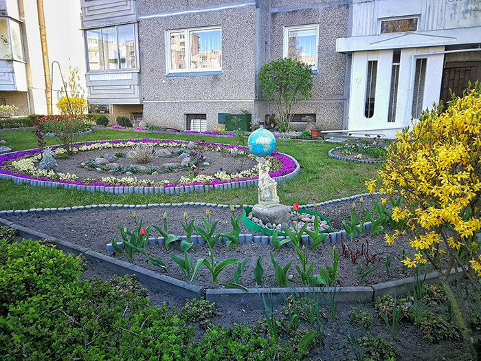 Создание цветочных композиций на придомовой территории – основной способ разбавить серость и унылость советских «панелек». | Фото: boredpanda.com.