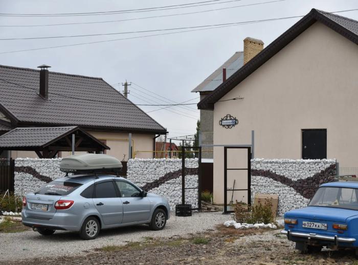 Семья решила самостоятельно сделать забор из габионов. | Фото: fakta.today.
