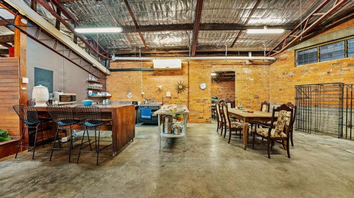Комфортная кухня совмещена с обеденной зоной.