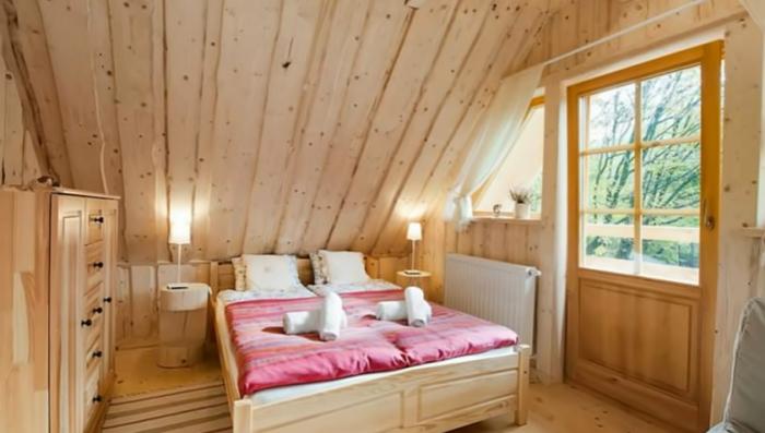 Одна из спальных комнат мини-коттеджа «Stunning Gate Lodge». | Фото: youtube.com/ © Vuong Le.