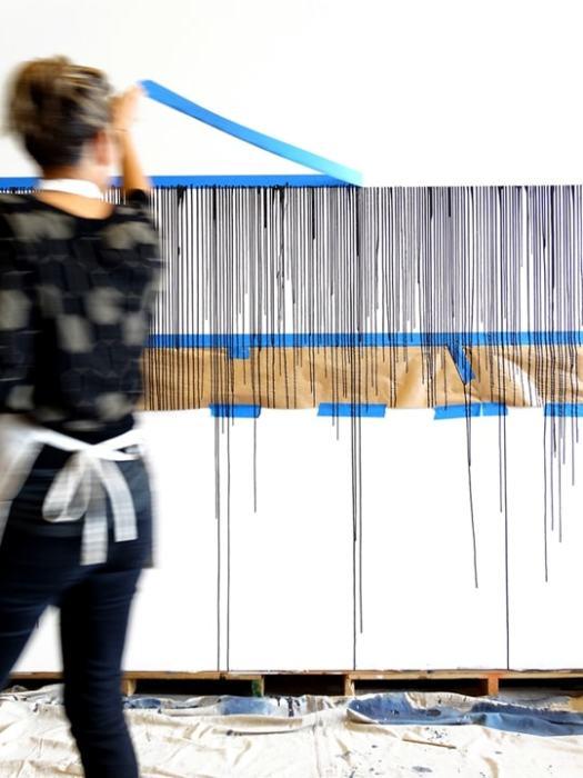 Малярную ленту нужно снять до полного высыхания иначе повредится созданный рисунок.   Фото: samodelkino.info.