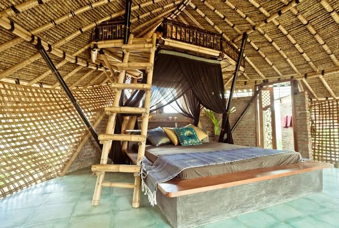 Мини-спальня в необычном плетеном доме (Бали, Индонезия).