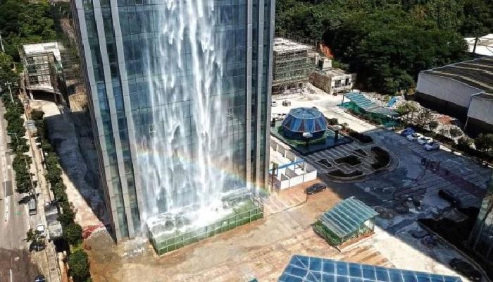 Специальное покрытие предохраняет огромный резервуар для приема воды от повреждений.