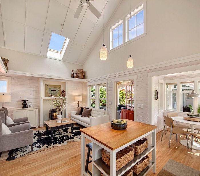 Для визуального увеличения жизненного пространства сделали высокие потолки и открытую планировку (коттедж Kvale Hytte, США). | Фото: smallhouseswoon.com.