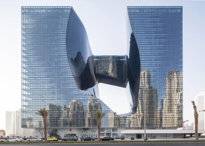 В солнечный день в зеркальном фасаде отражается практически весь деловой район Бизнес-бэй («The Opus», Дубай). | Фото: newatlas.com/ © Laurian Ghinitoiu.