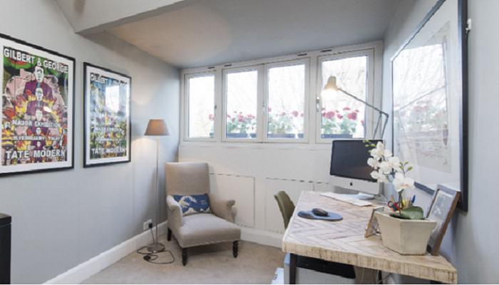 Рабочий кабинет в узком доме расположен на втором этаже (Slim House, Англия). | Фото: tips-and-tricks.co.
