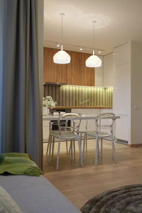 Благодаря стене, которая отделяет ванную от остальной площади, удалось расположить кухню в нише. | Фото: trustload.com