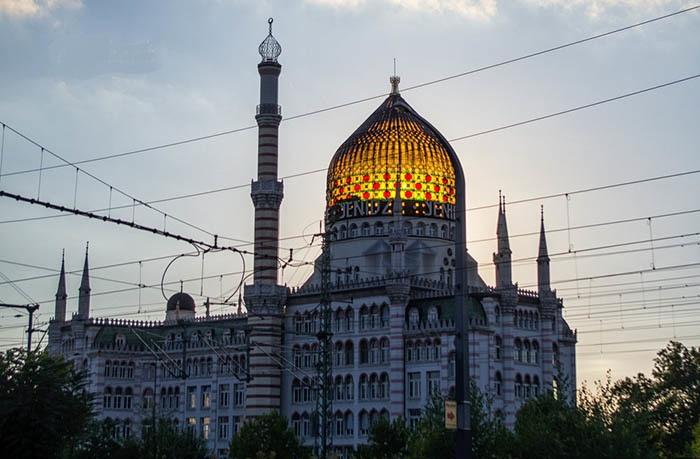 Купол сделали из цветного стекла, что придало особого колорита всему экстравагантному объекту (Yenidze, Дрезден). | Фото: pikabu.ru.