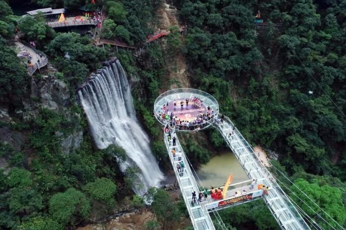 Со смотровой площадки открывается потрясающий вид (Gulongxia, Китай). | Фото: origo.hu.
