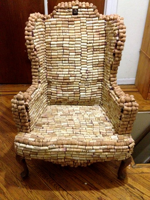 Даже кресло можно сделать из винных пробок.