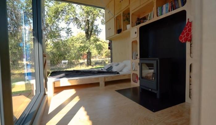 В основной жилой зоне установлена дровяная печь (Gaia, проект Pin-Up Houses). © Joshua Woodsman.