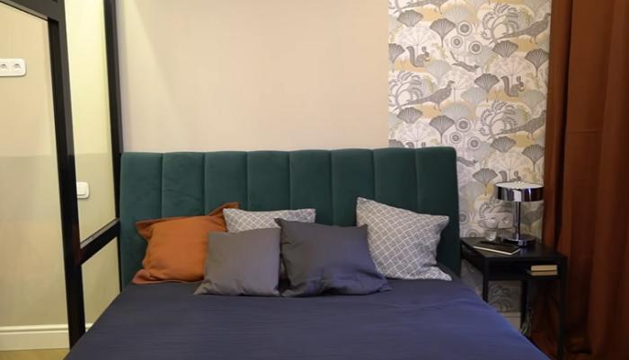 Дизайнерские обои из коллекции Hanna Vernik украшают спальню. | Фото: youtube.com/ @ INMYROOM TV.