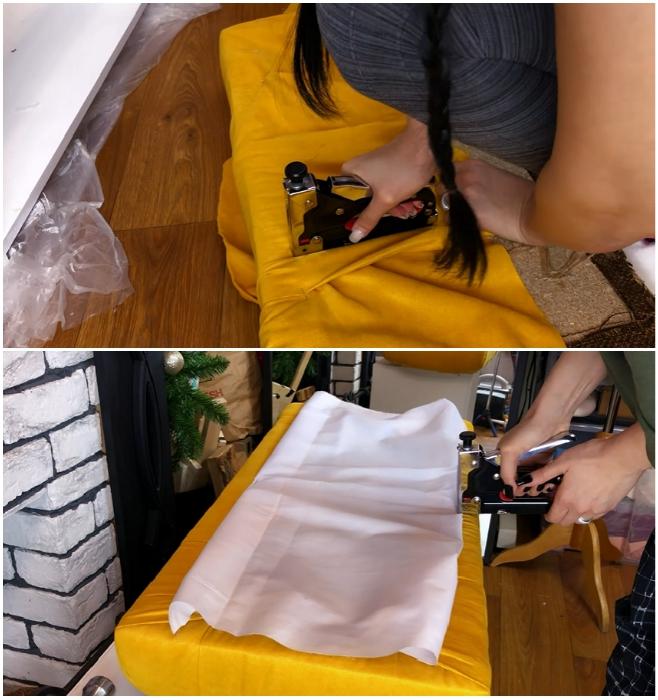 Процесс закрепления обивочной ткани на сиденье пуфа и закрытие оставшейся деревянной части основания. | Фото: youtube.com/ © Ko_ milla.