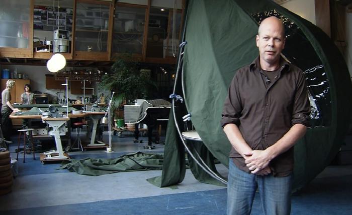 Голландский художник Dré Wapenaar придумал экзотический вид палатки, теперь гости эко-отеля отдыхают, свисая с дерева. | Фото: youtube.com/ © Z33be.