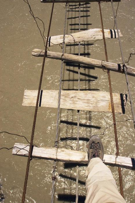 Расстояние между досками моста составляет 30-40 см (мост Hussaini bridge, Пакистан). | Фото: iddlybop.ru.