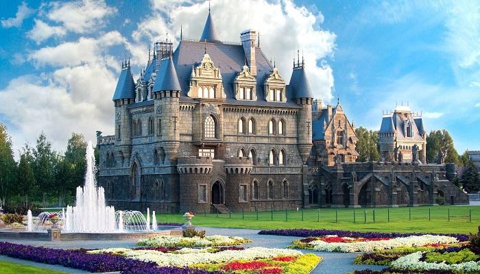 «Замок Гарибальди» построен к неоготическом стиле (с. Хрящевка, Самарская область). | Фото: garibaldicastle.com.