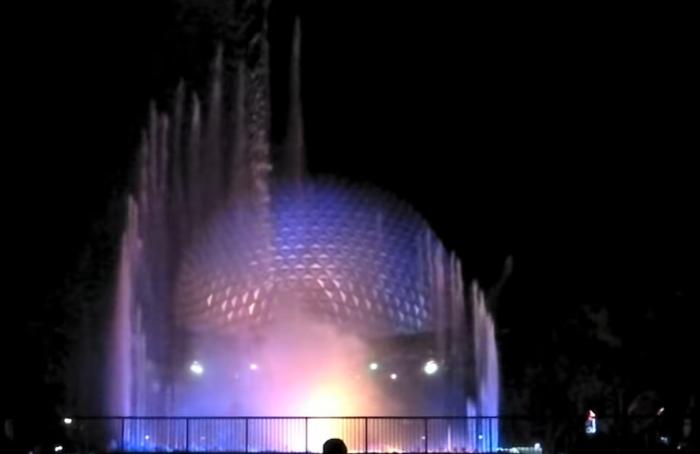 В темное время суток The Fountain of Nations подсвечивается разноцветными огнями (Флорида, США). | Фото: youtube.com/ Attractions Magazine.