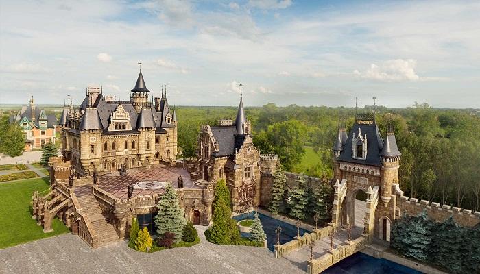 Самый неординарный замок-отель России создан в неоготическом стиле. («Замок Гарибальди», с. Хрящевка). | Фото: tourister.ru.