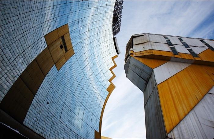 Большая Солнечная печь является сложным оптико-механическим комплексом с автоматическими системами управления (Гелиокомплекс «Солнце», Узбекистан). | Фото: victorborisov.livejournal.com.