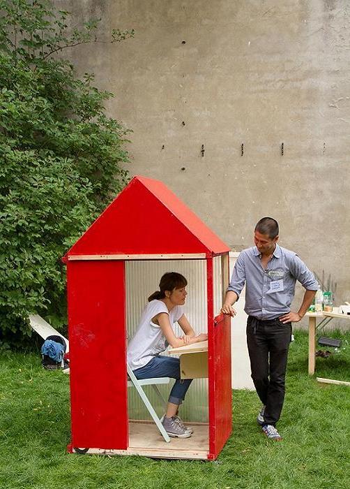 Архитектор представляет свой дом.