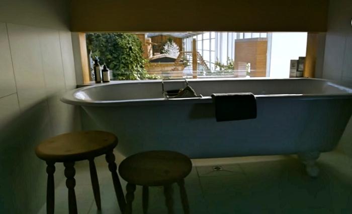 Отдельно стоящая ванна на массивных «лапах» – особое пожелание владельцев («Longhouse», Daylesford). | Фото: realestate.com.au.