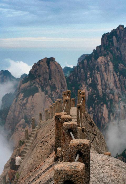 Захватывающий и ужасающий небесный мост на вершине горной гряды Хуаншань (Китай). | Фото:  Zhiyu Li.