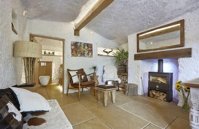 Интерьер необычного дом сочетает в себе элегантный стиль и натуральность.