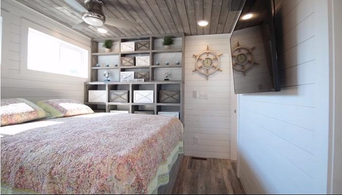 Большая и уютная спальня.