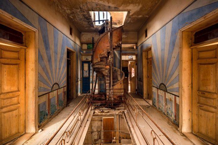 Этот особняк был превращен в наблюдательный пункт (фотопроект «A Paradise Lost», Ливан).   Фото: architecturaldigest.in/ © James Kerwin.