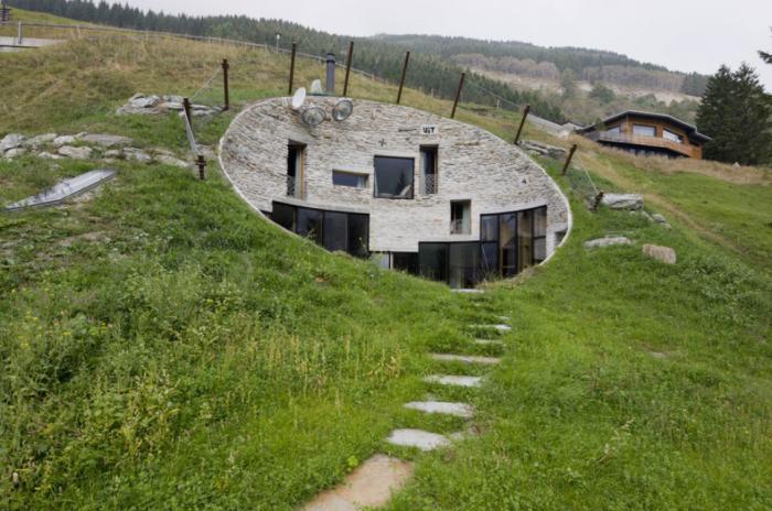 Странный дом-нора на склоне холма в курортном районе Швейцарских Альп (деревня Вальс). | Фото: fotos.habitissimo.com.br.