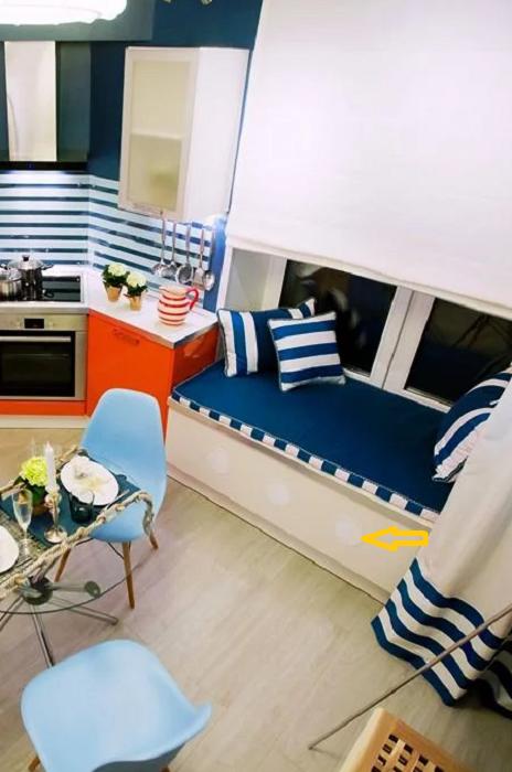 Уютный мягкий диванчик синего цвета заменил подоконник.