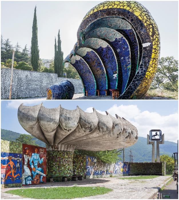 Особенные шедевры архитектурного мастерства можно встретить на дорогах Абхазии (Гагра и Пицунда). © Christopher Herwig.
