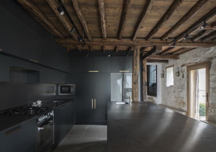 Контрастное оформление интерьера кухни в преобразованном комплексе. | Фото: ajbuildingslibrary.co.uk/ © Johan Dehlin.