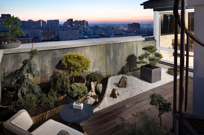 Терраса оформлена в том же стиле, что и жилое пространство (Wabi Sabi Apartment).