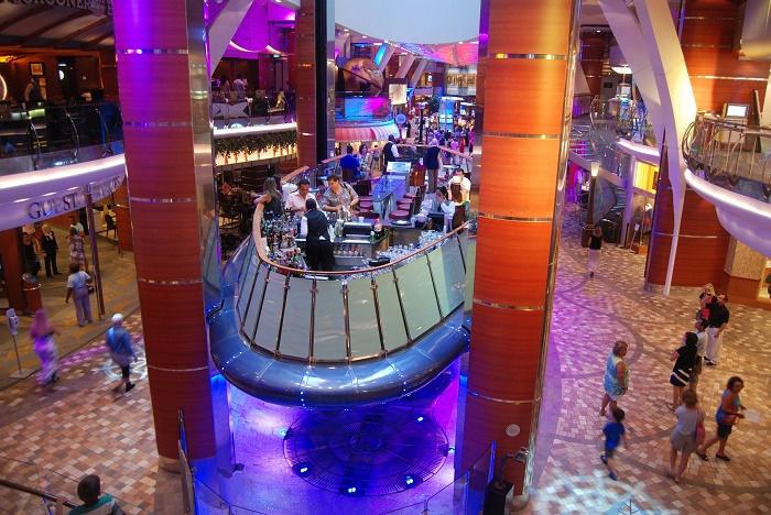 Только взгляните, как укомплектован бар в панорамном лифте Oasis of the Sea!. | Фото: no1destinations.wordpress.com.