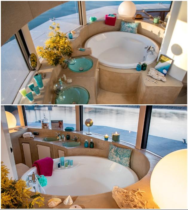 Круглая ванна, расположенная у панорамного окна, обеспечит незабываемое расслабление («Anthenea»). | Фото: boats.drivemag.com.