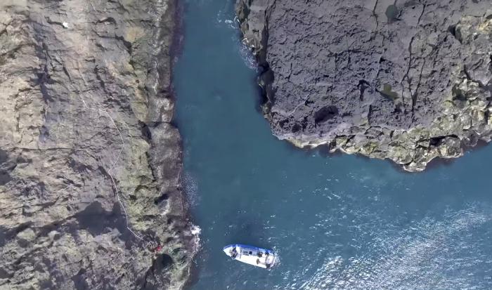 Это единственное место, где можно пришвартоваться, поэтому путешественники вынуждены подниматься по камням (о.Эдлидаэй, Исландия). | Фото: youtube.com/ © Torz Film.