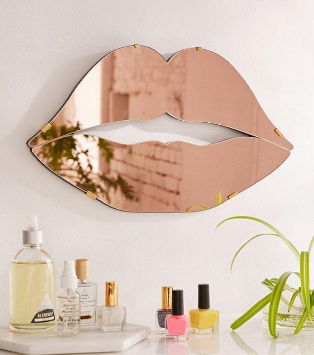 Оригинальное зеркало создаст неповторимый акцент.