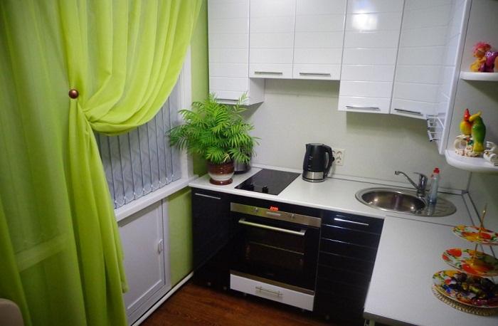 Маленькая, но уютная кухня.