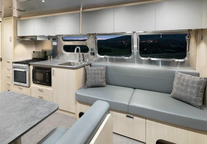 В трейлере имеется вполне благоустроенная кухня (Airstream Flying Cloud 30FB Office). | Фото: mymodernmet.com.