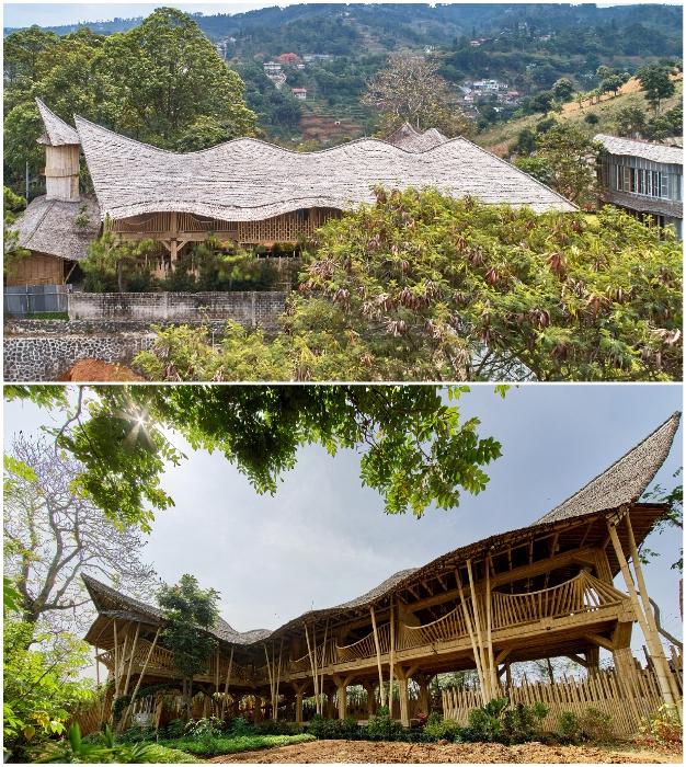 Волнистая крыша в сочетании с бамбуковыми перилами конференц-зала позволили создать особенной красоты здание (Piyandeling, Индонезия).