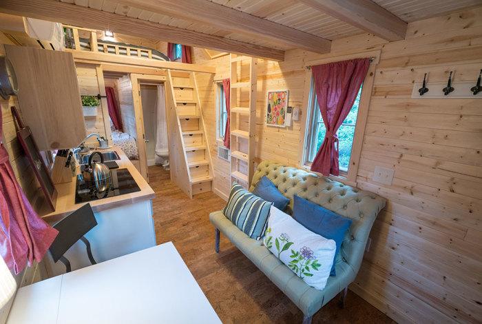 Интерьер мини-апартаментов, в которых живет Бетт Пресли. | Фото: tumbleweedhouses.com.